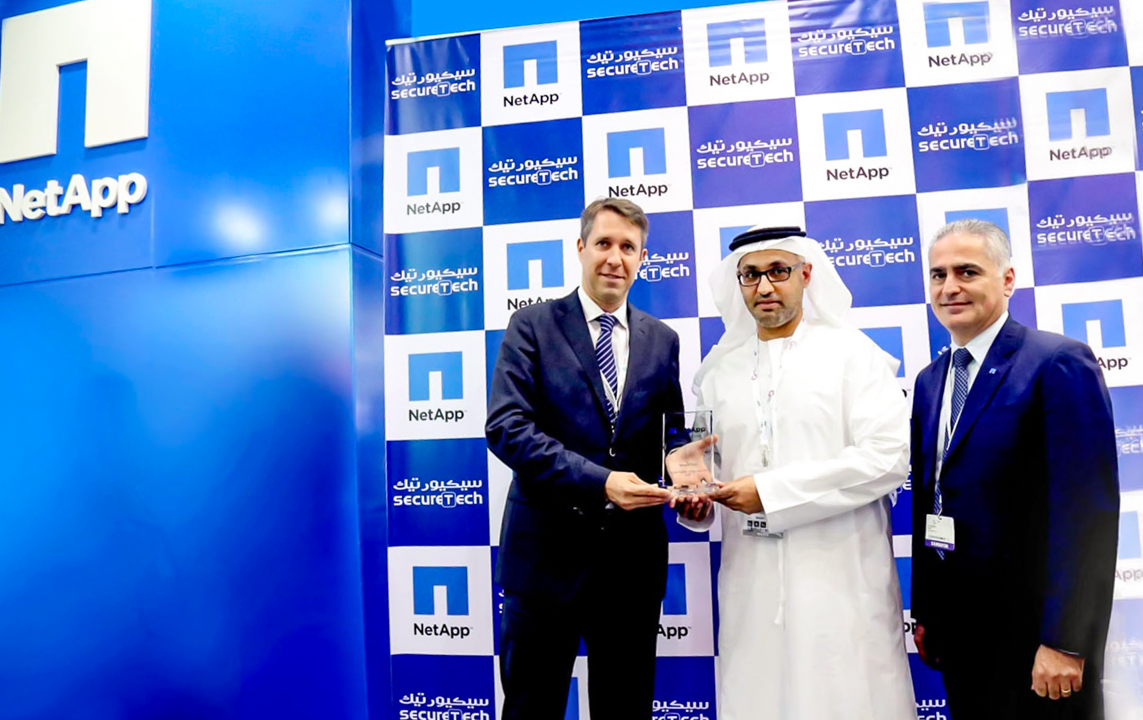 39.Dr. Abdulla Al Nuaimi Receiving Ward for Best E-Series Partner for UAE 2015 from NetApp
